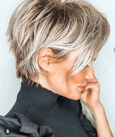 color streaks Aweome Short Blonde Haircut Styles to Try in Year 2020 Short Blonde Haircuts, Haircut Short, Modern Bob Haircut, Edgy Short Haircuts, Short Blonde Bobs, Longer Pixie Haircut, Modern Haircuts, Pixie Haircuts, Latest Hair Color
