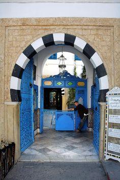 #Apontamentos em fotografia digital sobre #pormenores, #grafismos e texturas em portas e passagens. Lugares: Porto – Portugal; Tunísia http://lgb-foto.blogspot.pt/2009/11/portas.html