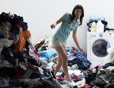 """Mal ehrlich, haben wir nicht von allem zu viel: Bücher, Klamotten, Zeitschriften? Richtiges Aufräumen hingegen öffnet dem Glück die Tür. Wie wäre es mit """"Magic Cleaning""""? Autorin Marie Kondo erzählt, wie es funktioniert."""