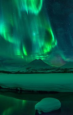 The Aurora in Iceland Aurora Borealis, Beautiful Sky, Beautiful World, Northen Lights, Wallpaper Animes, Tumblr Wallpaper, Lock Screen Wallpaper, Belle Photo, Night Skies