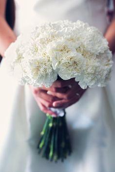 El ramo de novia de Cristina en color blanco {Foto, Pablo López Ortiz} #ramodenovia #bridalbouquet #tendenciasdebodas