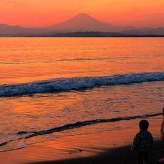 【hitomi_pleinelune】さんのInstagramをピンしています。 《. Red sunset and Mt. Fuji🔥🗻 . . 真っ赤な夕焼けと富士山☀️ それを見つめる小さな子供たち👧👶 素敵な夕暮れ時でした✨ . . 皆さん雪は大丈夫でしたか!? まさかこんなに降るとは😨❄️ 電車止まるんじゃないかと ヒヤヒヤしてました💦 今日も寒い中お疲れ様でした〜! . . Location : Kanagawa,Japan . . 📷2017/1/28 . . #sunset #sky #beach #sea #red #mtfuji #genic_mag #genic_beach #genic_japan #日産公式プロトラベラー #kanagawaphotoclub #filmwalkr #夕日 #夕焼け #夕暮れ #夕空 #空 #海 #サンセット #ビーチ  #江ノ島 #片瀬海岸 #湘南 #富士山》