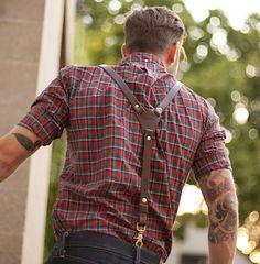 Suspensório com camisa xadrez e calça jeans.