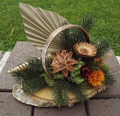 Gesteck mit Fächer für Friedhof Allerheiligen Gedenken Grabgesteck Cemetery Decorations, Fall Door Decorations, Flower Decorations, Fall Decor, Dried Flowers, Paper Flowers, Natural Wood Crafts, Palm Frond Art, Small Flower Arrangements