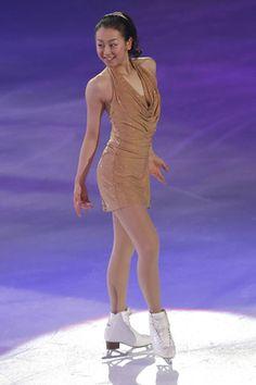 アイスショー「THE ICE」愛知公演 ゴールドのタイトな衣装をまとい、今季エキシビションを披露する浅田真央=24日 (300×450) 「真央、今季エキシビションを披露」 http://headlines.yahoo.co.jp/hl?a=20130724-00000007-spnavip-spo.view-000