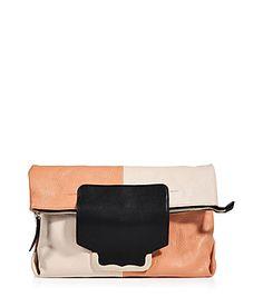 """Eine für alles - die Bag """"Kim"""" aus Color-Block-Leder von See by Chloé funktioniert als Clutch gefaltet oder aufgefaltet und mit Henkeln als Shopper... #Stylebop"""