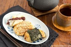 Enjoy toasted Japanese mochi in 3 delicious ways, dip in soy sauce and kinako (soy bean flour), or wrap sweet anko inside. For the complete recipe, please vi. Japanese Mochi Recipe, Japanese Rice Cake, Easy Japanese Recipes, Asian Recipes, Sushi Recipes, Ethnic Recipes, Japanese New Year Food, Japanese Things, Amigurumi