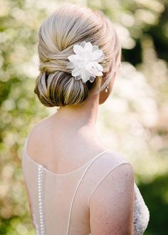 chignon bas romantique fleur blanche
