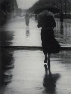 En aquel tiempo ella solía cruzar la calle y se detenía frente a un escaparate para arreglarse el vestido y contemplar su rostro apenado. Brassi 1947 rain
