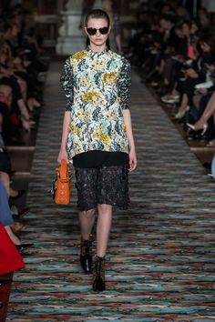 Catwalk photos and all the looks from Christian Dior - Pre Spring/Summer 2017 Ready-To-Wear Paris Fashion Week Fashion 2017, Runway Fashion, Fashion Show, Fashion Outfits, Paris Fashion, Kids Fashion, Christian Dior, Vogue, Moda Casual