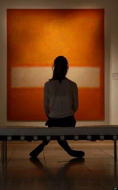 ORANJE: Als we het even niet meer weten met een kleur, dan kunnen we natuurlijk altijd bij Mark Rothko terecht. De kunstenaar maakte in de jaren '50-'70 grote abstracte kunstwerken waarin kleurvelden een hoofdrol speelden. Op het einde van zijn leven zou zijn werk donker en deprimerend van aard worden, maar zijn vroegere werken waren vaak positiever van kleur.  Foto: (jongedame kijkt naar:) Mark Rothko, 'Orange-yellow and white', 1957.