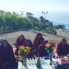 A Beautiful Monday Morning starting with some #Tibetan #Monk #Meditation and #Chanting at @EineSigns #Charming #StreetArt #Mural! --------------  --------------- Thanks Adam @eideaz for organizing!  @dumbsmart @stefaniephan @aaronrthomas @sandrajonescampbell @rglagunabeach  @jamespribram ------------------------------------------ #Laguna #LagunaBeach #NorthLaguna #Monks #Tibet #Buddha #Buddism #InnerNinja #Meditate #GroupMeditation #Art #Artists #Blessing #Peace #Love #HeislerPark…