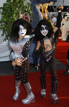 Throwback to when Dylan & Cole Sprouse dressed up as KISS for Halloween when they were ten years old. Look at that face paint! Kiss Halloween Costumes, Pop Culture Halloween Costume, Halloween Kids, Halloween Recipe, Halloween Makeup, Halloween Crafts, Halloween Party, Halloween Decorations, Halloween Face