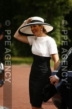 Queen Máxima arrives in Germany, for a two-day visit to Nordrheinland-Westfalen and Niedersachsen, the two German states bordering the Netherlands. Conservative Outfits, Queen Dress, Estilo Fashion, Queen Maxima, Love Her Style, Royal Fashion, Work Fashion, Wearing Black, Mother Of The Bride