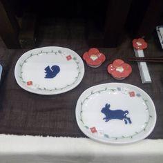 小花オーバル皿  新作です りすさんもうさぎさんも嫁いでいきました ありがとうございます  また作ります  #陶小物#陶#nonojiko#磁器#陶器 #うさぎ#りす#器#皿#オーバル皿 #小皿#椿#箸置