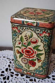 flowered vintage tin box #TuscanyAgriturismoGiratola
