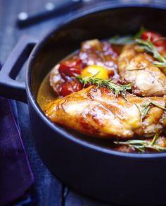 Recette Lapin à la saintongeaise  : Faites revenir les morceaux de lapin dans une cocotte avec un filet d'huile d'olive. Quand il est bien doré, ajoutez les échalotes et l'ail émincés. Faites blondir en remuant, versez le Cognac et faites flamber. Mouillez ensuite avec le Pineau rosé, aj...