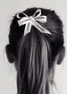 Wanted : coiffure récup' accro aux rubans des sacs shopping de luxe
