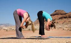 Confira uma seleção de exercícios provenientes do ioga que podem ser feitos em casa para garantir mais energia.