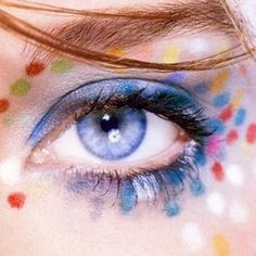 Color, alas, plumas, papel, miradas fuertes y miradas inocentes. Pura inspiración para quienes amamos el maquillaje.  Fotos cortesia...