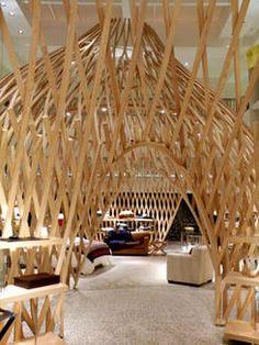 In deze 'houten huisjes' , die zich in een oud Parijs' zwembad bevinden, presenteert luxehuis Hermes de Home collection.