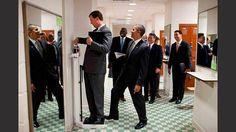 Obama faz graça ao colocar o pé na balança para aumentar o peso de Marvin Nicholson, diretor de viagens da Casa Branca.