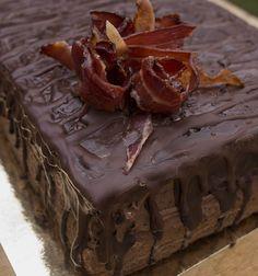 Czekoladowy tort z whisky i karmelizowanym boczkiem