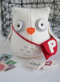 Maak kennis met deze vriendelijke uil postbode, klaar om uw liefdesbrieven, of andere post te dragen (Hij weigert om rekeningen te vervoeren)