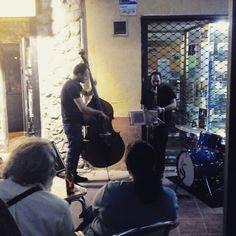 Descarga de jazz en la Calle Mayor. Buenas tapas y mejor ambiente en el Juepincho (Heroísmo y Magdalena) #zaragozaguia #zaragoza #zgz #regalazaragoza #zaragozapaseando #zaragozaturismo #zaragozadestino #miziudad #zaragozeando #mantisgram #magicaragon #loves_zaragoza #loves_aragon #igerszaragoza #igerszgz #igersaragon #instazgz #instamaños #instazaragoza #zaragozamola