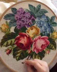 Hand Embroidery Patterns Flowers, Hand Embroidery Videos, Hand Embroidery Tutorial, Embroidery Flowers Pattern, Hand Embroidery Stitches, Cross Stitch Embroidery, Beaded Flowers Patterns, Advanced Embroidery, Creative Embroidery