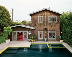 A pool with a house. Pool stair and spa design - accent coping - water color. House design - shake and trim color Style At Home, Swimming Pool Designs, Swimming Pools, Tiny House, Design Retro, Modern Design, Moderne Pools, Cool Pools, Pool Houses