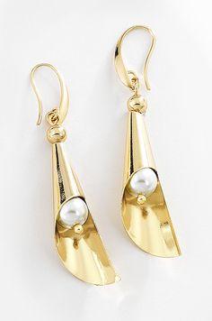 4da7711c0f3a Par de aretes en 4 baños de oro de 18 kt con perlas en color natural. Vero  Aleman · NICE joyería fina
