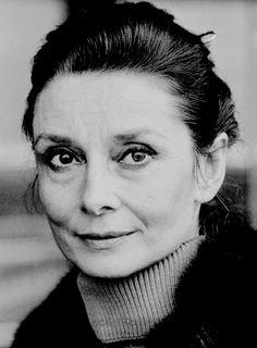 """""""Cualquier persona que no crea en los milagros, no es realista"""". Audrey Hepburn"""