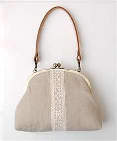 frame purse tutorial with a detailed photo tutorial on how to attach the bag to the metal frame Sacs Tote Bags, Frame Purse, Purse Tutorial, Diy Purse, Purse Patterns, Fabric Bags, Little Bag, Handmade Bags, Bag Making