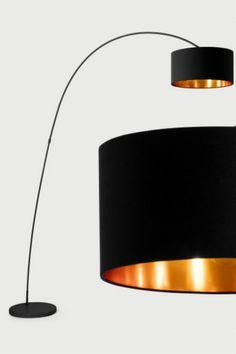 Sweep Stehlampe in Mattschwarz und Kupfer. Wer liebt das nicht, außergewöhnliches Design zum kleinen Preis? Ach, schau mal, was wir hier haben. Ein Stehlampe mit Wow-Faktor, ohne abschreckendes Preisschild. Ein echter Knüller über dem Esstisch, Sofa oder einem Lesesessel.