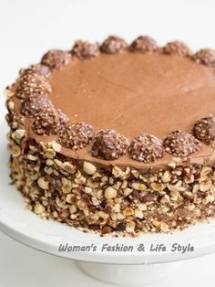 Ferrero Rocher cake recipe >>> I'm absolutely addicted to Ferrero Rocher candies. They're heavenly and I cannot seem to get enough of them. Perhaps that was my biggest motivation to create an entire cake recipe, based on Ferrero Rocher candies. Chocolate Hazelnut Cake, Chocolate Flavors, Rocher Chocolate, Chocolate Chips, Just Desserts, Delicious Desserts, Yummy Food, Sweet Recipes, Cake Recipes