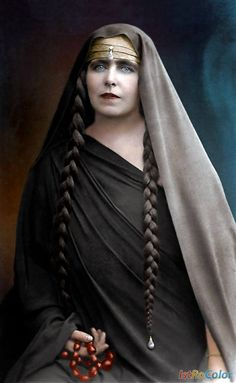 Queen Marie of Romania, princess of Edinburgh, princess of Saschen-Coburg-Gotha. Victoria Reign, Queen Victoria, Royal Crowns, Royal Jewels, Romania Travel, Old Portraits, Vintage Gypsy, Old Photography, Face Hair