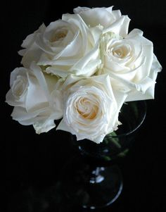 Beautiful table centerpiece styled with Avalanche roses by Meijer Roses