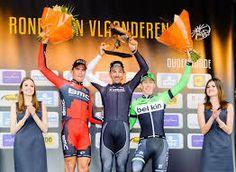 Cancellara op het hoogste schavotje in zijn laatste overwinning in de Ronde van Vlaanderen. Zoals je ziet is hij omringt door de Belgen Greg Van Avermaet en Sep Vanmarcke