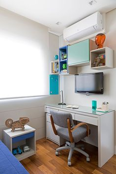 Decoração de apartamento colorido, no quarto azul e branco infantil, quarto de menino. Suites, Dream Rooms, Office Desk, Corner Desk, House, Furniture, Monitor, Bedrooms, Home Decor