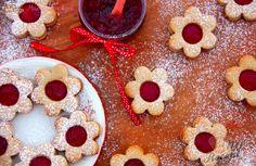 """Linecké je klasika každých Vánoc a nejen jich. Já jsem ji navíc letos trošku ozdravila použitím špaldové mouky a medu namísto cukru. Je výborné, křehké a voňavé. Osobně nejsem zastáncem toho, aby vyloženě cíleně mlsaly děti do 1 roku, které ještě nemají ustálený jídelníček, teprve se učí stravovat a """"ochutnávají"""". Autor: Máma v kuchyni"""