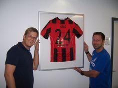 Uwe Bindewald mit einem gerahmten Trikot im Sportleistungszentrum von Eintracht Frankfurt #eintrachtfrankfurt #jerseyframe #trikotrahmen