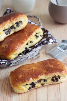 Swiss brioche with chocolate pieces (lighter version) - Easy And Healthy Recipes Köstliche Desserts, Delicious Desserts, Yummy Food, Sweet Recipes, Healthy Recipes, Bread And Pastries, Cooking Chef, Love Food, Donuts