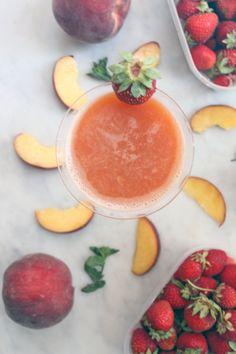 Summer cold pressed juice. La mia centrifuga estiva qui: http://dilycious.com/ricette/estratto-pesche-fragole-e-menta/