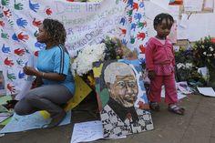 Südafrika, 26. Juni 2013: Am Krankenhaus, in dem Nelson Mandela behandelt wird, hängen Glückwünsche. Mandelas Gesundheitszustand hat sich weiter verschlechtert, inzwischen wird er künstlich beatmet. Foto: dpa www.noz.de/73094299/