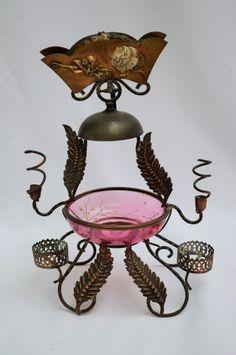 Antiga floreira / centro de mesa francesa, em metal, tendo, na parte superior, campainha de mesa, en