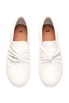 Zapatillas sin cierre: Zapatillas sin cierre en piel sintética. Detalle anudado en la parte delantera y elásticos laterales. Forro y plantilla de tela. Suelas de goma.