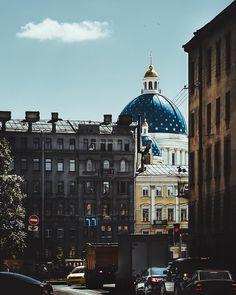 В городских реалиях современного Санкт-Петербурга возвышается собор возведенный для императорского Измайловского полка 1828-1835. Поражающее белизной фасада и цветом куполов величественное архитектурное сооружение с очень непростой наполненной трагическими событиями судьбой. Начиная от сложностей при строительстве связанной с ошибками архитектора - сначала дали трещину 16 колонн потом снесло ветром главный купол начального периода правления советской власти и отмененное решение перестроить…