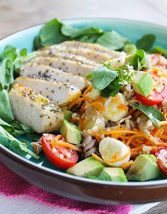 Filé de Frango em crosta de chia com salada de parafuso. Receita leve e saudável.