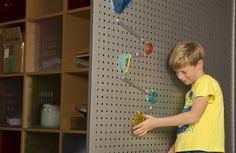 Hoe bouw je je kamer rond een knikkerbaan, zonder te moeten boren en vijzen? Met de wall coaster. Deze wall coaster startersset bevat: 10 lange tracks, 10 korte tracks, 3 bochtenbuizen, 4 elastieken, 4 blauwe knikkers, 4 glow in the dark knikkers en een pakje herbruikbare kneedgom (om banen mee aan de muur/raam/deur te hangen. Al wat je nodig hebt is een verticaal oppervlak. Je kunt knikkers doen springen, draaien, vallen. Met de herbruikbare kneedgom kan je keer op keer opnieuw prober...
